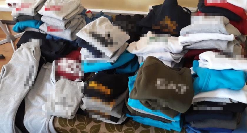 Sprawy kryminalne , Handlarz podrabianej odzieży wpadł ręce policjantów - zdjęcie, fotografia
