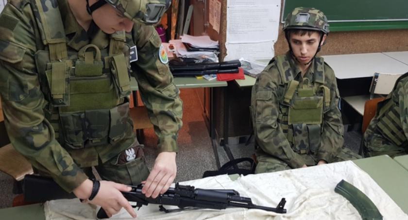 ponadgimnazjalne, Uczniowie zapoznali sprzętem wojskowym - zdjęcie, fotografia