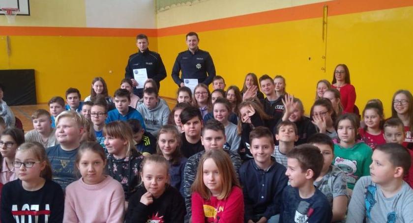 szkoły podstawowe, Policjanci odwiedzają szkoły uczniów - zdjęcie, fotografia