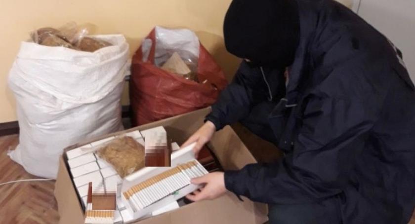 Sprawy kryminalne , Garaż sklep nielegalny towar - zdjęcie, fotografia