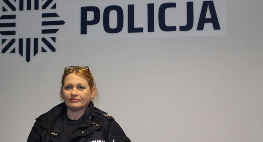Sprawy kryminalne , Policjantka patrolu była czujna podczas zakupów - zdjęcie, fotografia