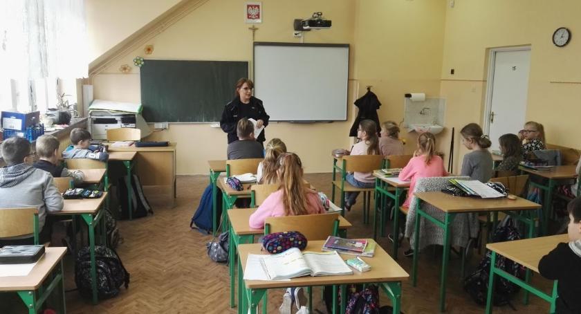 szkoły podstawowe, bezpieczeństwie sieci policją - zdjęcie, fotografia