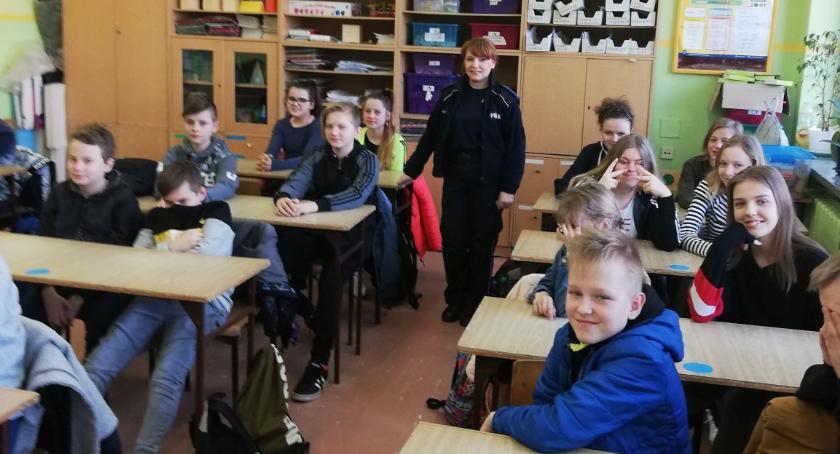 szkoły podstawowe, Policjantka szkolnych zajęciach - zdjęcie, fotografia