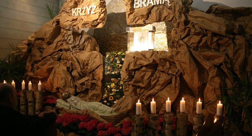 Społeczeństwo, wyglądają Groby Pańskie inowrocławskich kościołach - zdjęcie, fotografia