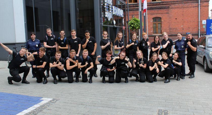 Klasa mundurowa z wizytą w inowrocławskiej komendzie
