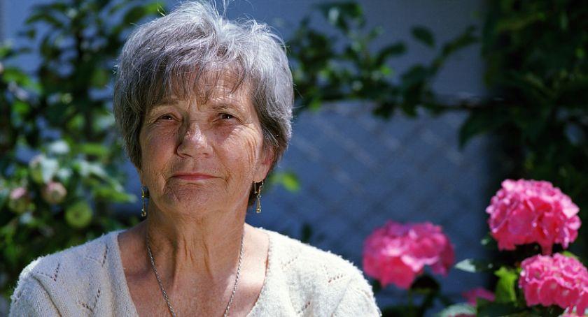 Opiekun osób starszych z referencjami – czy ich potrzebujesz?