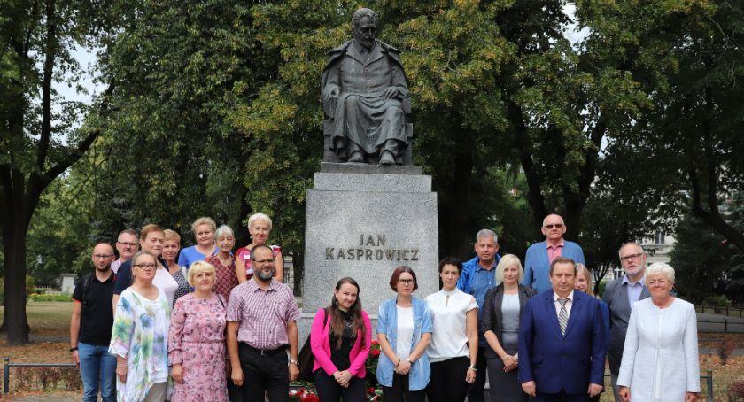 Spotkania, Złożyli kwiaty pomnikiem Kasprowicza - zdjęcie, fotografia