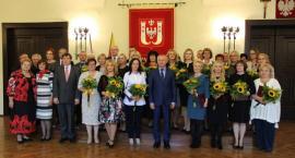 Kwiaty i nagrody dla nauczycieli