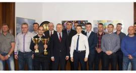 Kickbokserzy i piłkarze w inowrocławskim ratuszu