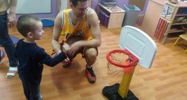 Przedszkolaków spotkanie z koszykarzem