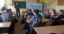 Policjanci na spotkaniu w klasie o profilu mundurowym