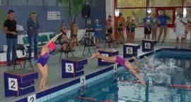 Uczniowie rywalizowali na krytej pływalni