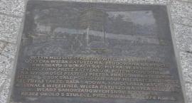 Trzy tablice z brązu przypominają historię