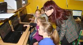 """Uczniowie """"Szesnastki"""" pracują przy nowych laptopach"""