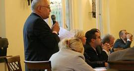 Radny Olech wymachuje pompką do przepychania zlewu