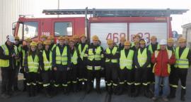 Młodzi strażacy na szkoleniu w cukrowni