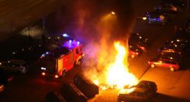 Pożar śmietnika, uszkodzone dwa samochody