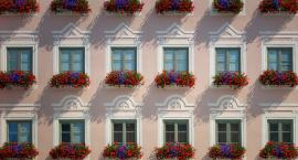 Jak najprościej wyczarować bajecznie kolorowy, kwiatowy balkon?