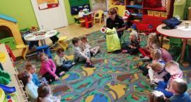 Książeczki edukacyjne poprzez policjantów trafiają do dzieci