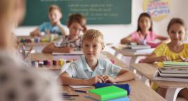 Wyzwania pierwszoklasisty – jak pomóc dzieciom w pierwszych krokach do samodzielności?