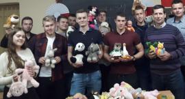 Uczniowie ZSP nr 1 oraz strażacy z KP PSP Inowrocławzbierają maskotki
