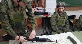Uczniowie zapoznali się ze sprzętem wojskowym
