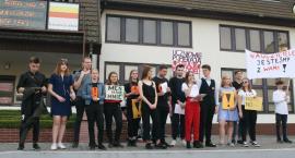 Odbyła się uczniowska manifestacja przed HWS