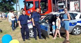 Policjanci i strażacy pilnują bezpieczeństwa na jeziorze
