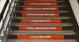 Naklejki edukacyjne na schodach w szkołach podstawowych