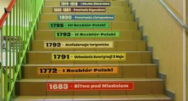Kolejne edukacyjne naklejki na schodach