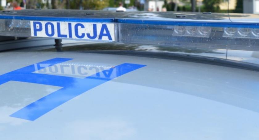 policja na drodze, Spał aucie potem uciekał policji - zdjęcie, fotografia