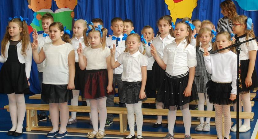 imprezy szkolne, Pasowanie czytelnika jedynce - zdjęcie, fotografia