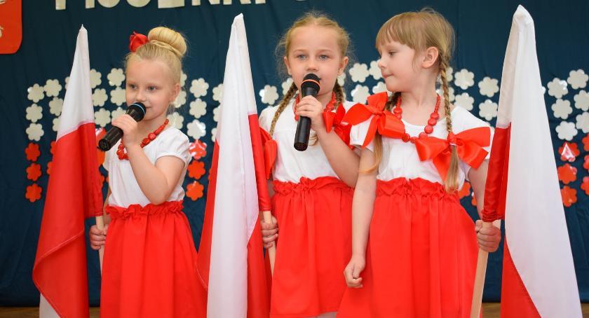 imprezy przedszkolne, Biało czerwone przedszkolaki - zdjęcie, fotografia