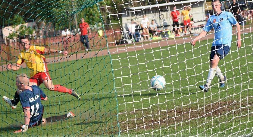piłka nożna, zwalnia tempa szóste kolejne zwycięstwo - zdjęcie, fotografia