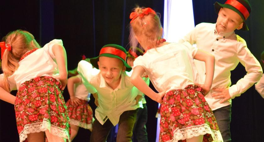 imprezy przedszkolne, pełne tańca przedszkolaki ludowo - zdjęcie, fotografia