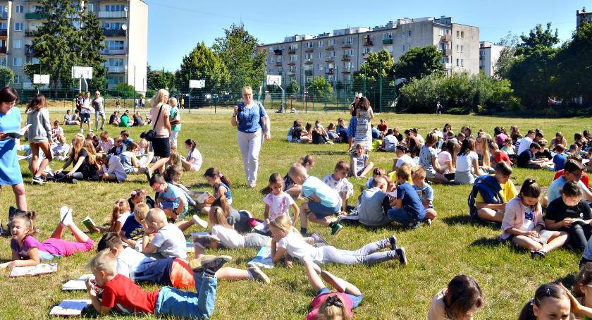imprezy szkolne, Masowe czytanie dwójce - zdjęcie, fotografia