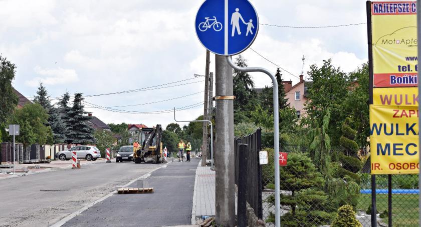 interwencje, Szeroka ścieżka rowerowa chodnik słupami - zdjęcie, fotografia