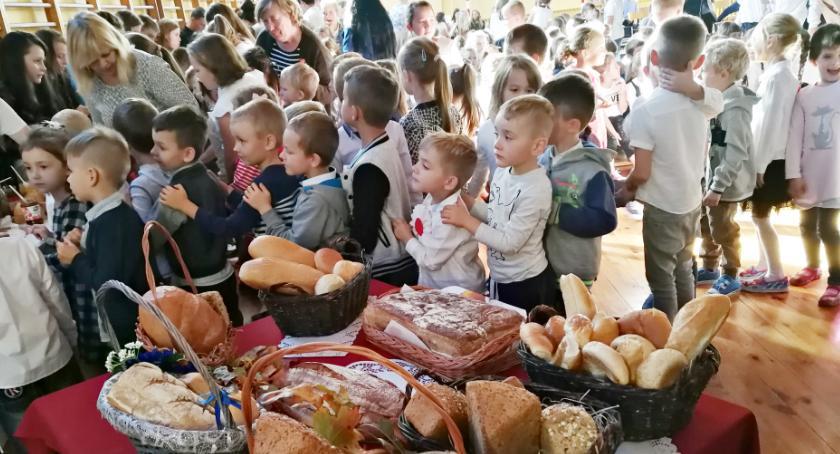 imprezy szkolne, Chlebowe święto - zdjęcie, fotografia
