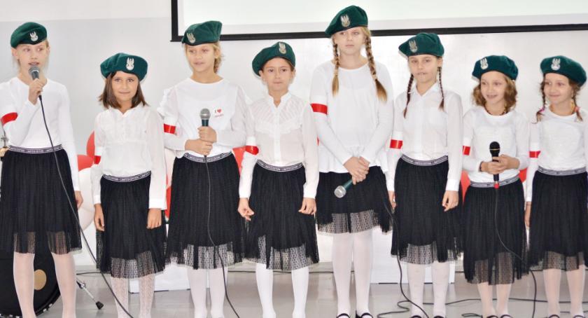 konkursy, Patriotycznie śpiewająco dwójce - zdjęcie, fotografia