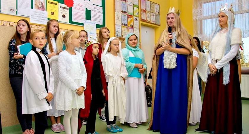 imprezy szkolne, Przebrali Świętych uśmiechniętych - zdjęcie, fotografia