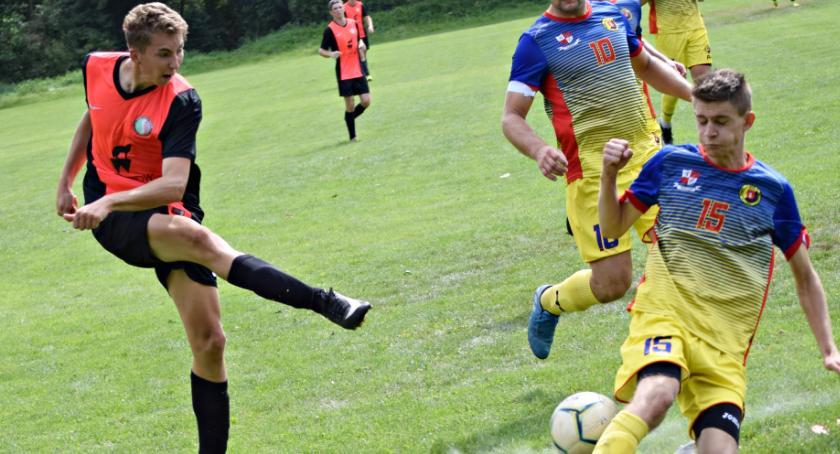 piłka nożna, postawiła wiceliderowi - zdjęcie, fotografia