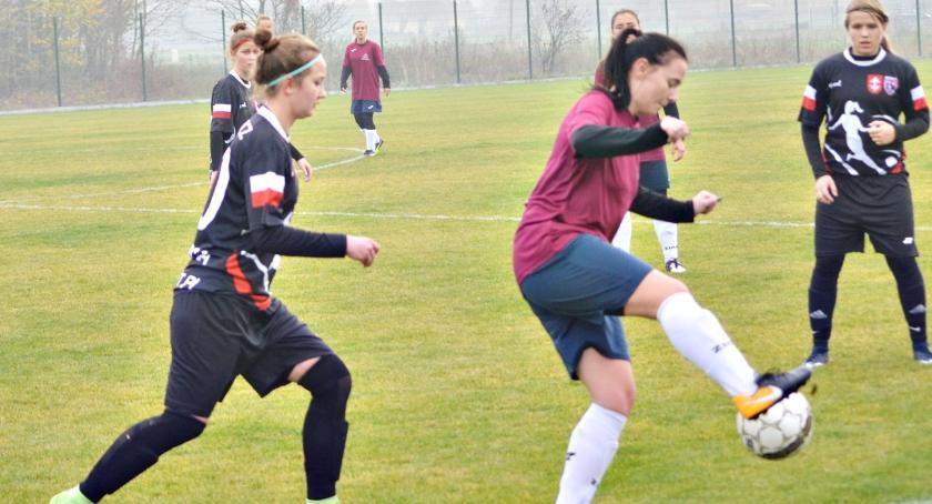 piłka nożna, Koniec rundy kobiecymi porażkami - zdjęcie, fotografia