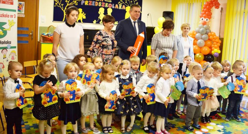 imprezy przedszkolne, Krasnoludki pasowane przedszkolaka - zdjęcie, fotografia