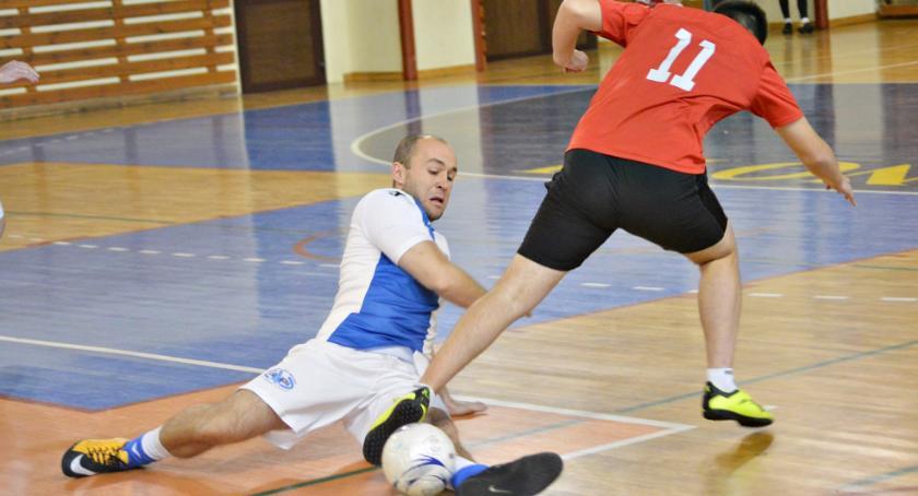 piłka nożna, Płońska halówka Liberpol zdecydowanie czele - zdjęcie, fotografia