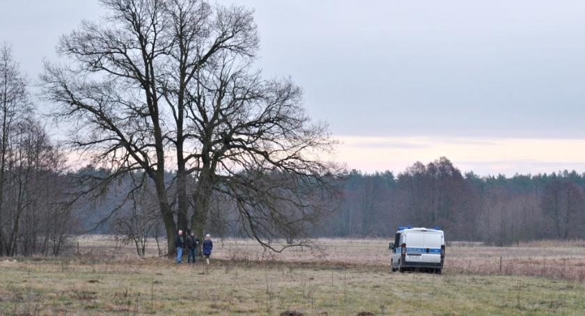 śledcze, łące Gromadzynie znaleziono zwłoki młodego mężczyzny - zdjęcie, fotografia