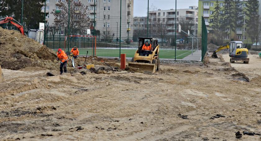 inwestycje, Budują boisko dwójce - zdjęcie, fotografia