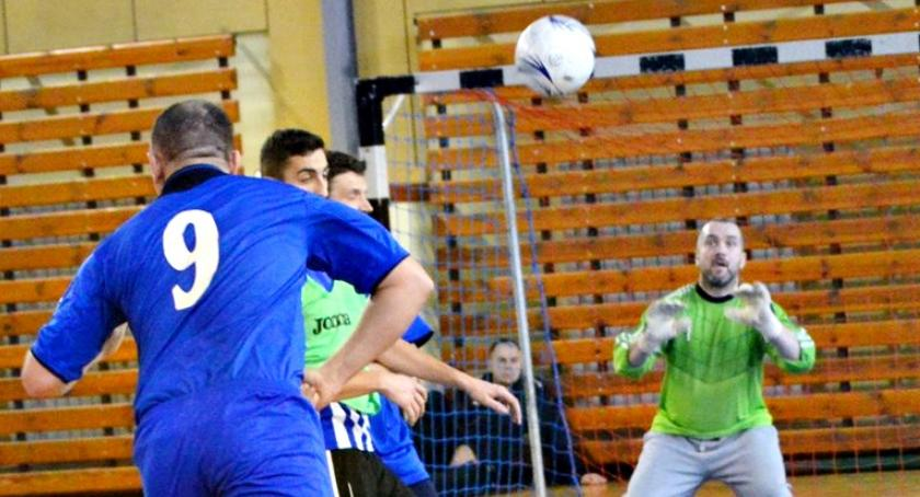 piłka nożna, płońskiej halówce przetasowania plecami lidera - zdjęcie, fotografia