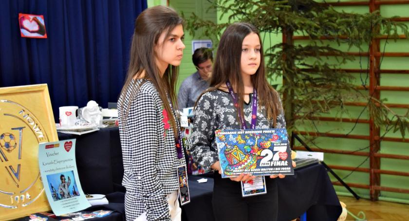 charytatywnie, szkolnych akcjach Nowym Mieście złotych WOŚP - zdjęcie, fotografia