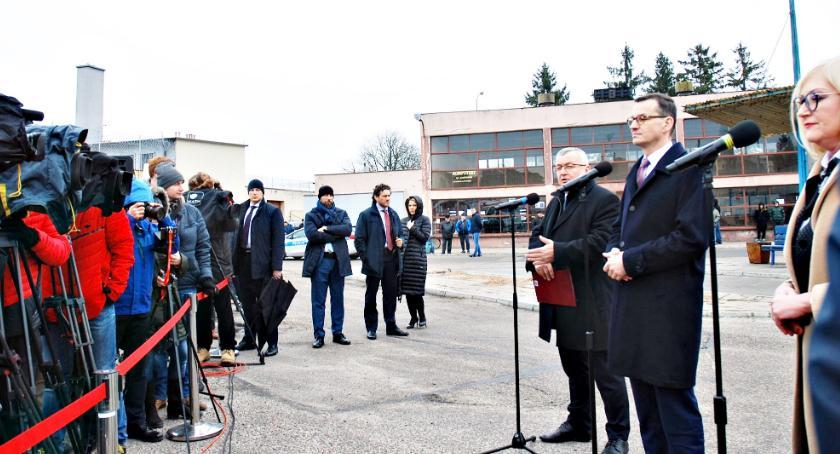 polityka, Premier Morawiecki dworcu Płońsku - zdjęcie, fotografia