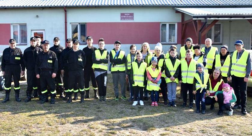 inicjatywy, Sprzątali pobocza inicjatywa mieszkańców Idzikowic - zdjęcie, fotografia